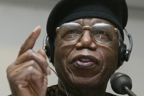 El escritor nigeriano Chinua Achebe, en 2002. | Reuters