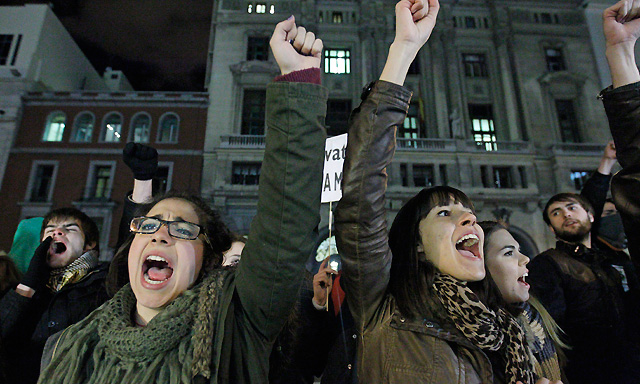 Protesta de estudiantes por los recortes frente al Ministerio de Educación. | Efe