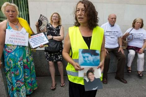 Un grupo de afectados por el caso de los niños robados.   EL MUNDO