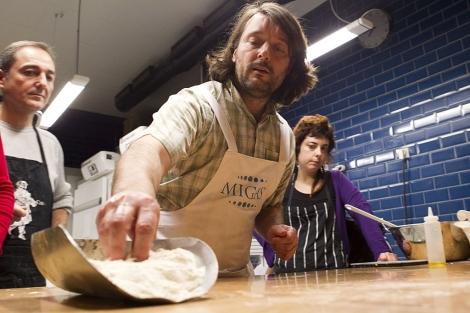 Iban Yarza, en uno de sus cursos sobre pan impartidos en Valencia. | Vicent Bosch