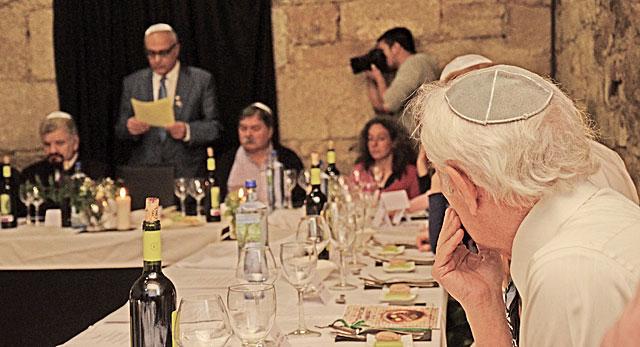 Cena de celebración de la Pascua judía en el municipio orensano de Ribadavia. | Reportaje fotográfico: Román Nóvoa