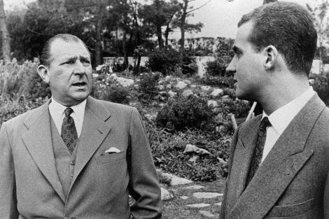 Don Juan charla con el entonces Príncipe Juan Carlos en Villa Giralda. | E.M.