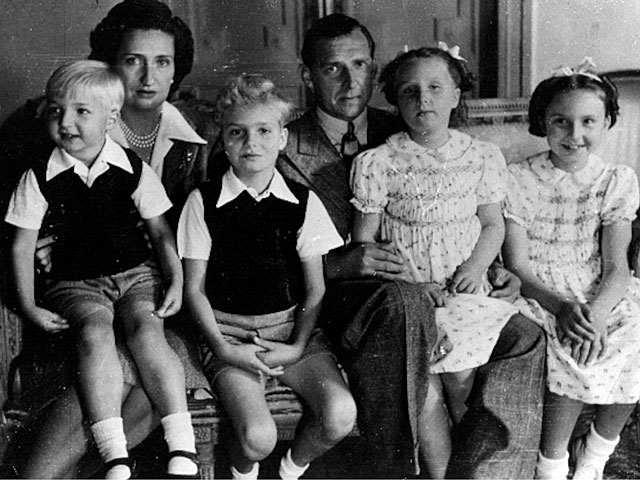 Don Juan y doña María de las Mercedes con sus hijos Alfonso, Juan Carlos, Margarita y Pilar. | El Mundo