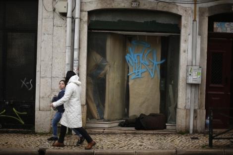 Un vagabundo en una calle de Lisboa.| Reuters