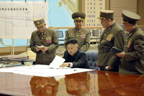 Kim Jong-un firma documentos el pasado día 29 en un lugar desconocido. | Afp