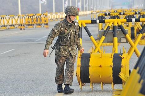 Un soldado surcoreano bloquea la carretera que conduce a Kaesong. | Afp