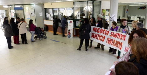 Encierro en el centro de salud Federica Montseny contra la privatizacin