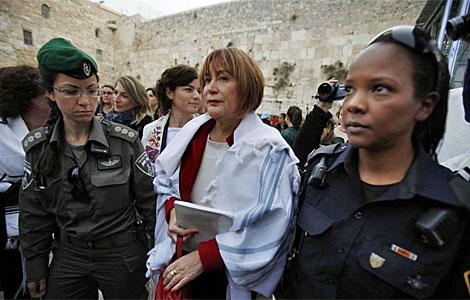 Una de las mujeres, con el manto masculino, ante el Muro.| Afp