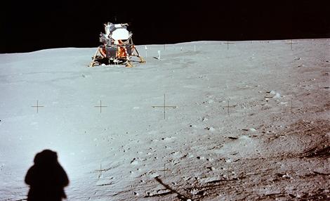 La sombra de Neil Armstrong, ante el módulo lunar. | NASA