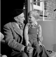 Picasso y Antony Penrose (Lee Miller, 1950). | © Lee Miller Archives, Inglaterra 2013. Todos los derechos reservados.