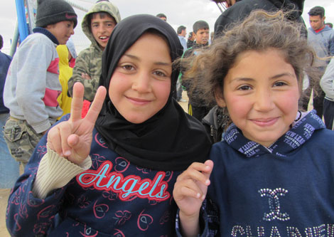 Nur (con velo), tiene 12 años y lleva dos meses en Zaatari. Posa con otra niña. | R. M.