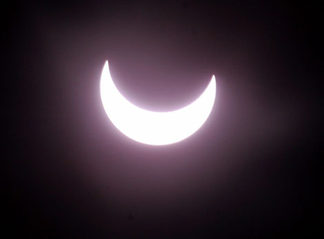 Primera fase de un eclipse solar anular. | Reuters