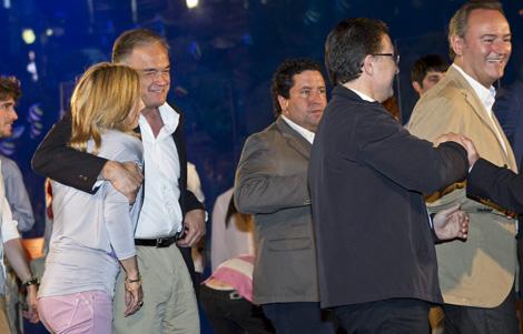 Esteban González Pons abraza con fuerza a Sonia Castedo mientras Fabra baja del escenario. | Foto: Vicent Bosch