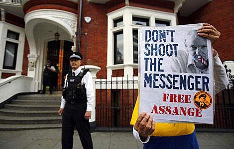 Una persona sujeta un cartel que dice: 'No disparen al mensajero'. | Efe