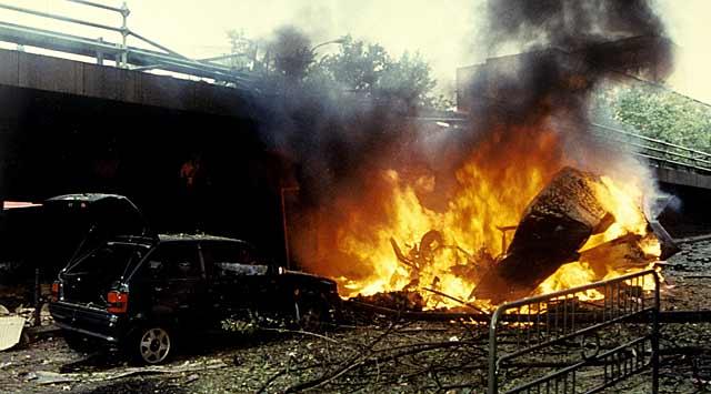 Restos de la furgoneta militar tras la explosión del coche-bomba en López de Hoyos en Madrid. | Efe