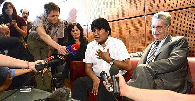 El presidente austriaco, Heinz Fischer (dcha.), con Evo Morales, en el aeropuerto de Viena. | Efe