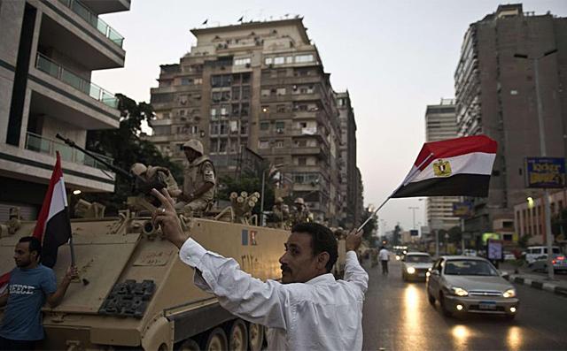 Los tanques salen a las calles en El Cairo. | Foto: Afp [VEA MÁS IMÁGENES]