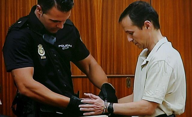 Un policía retira las esposas a José Bretón al inicio de la sesión. | M. Cubero