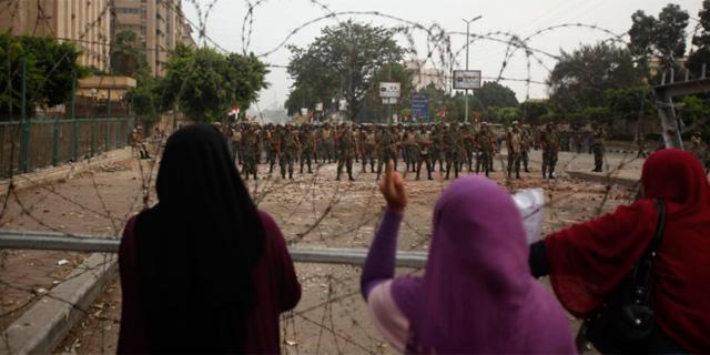 Protestas frente al blindaje del Ejército. | Reuters