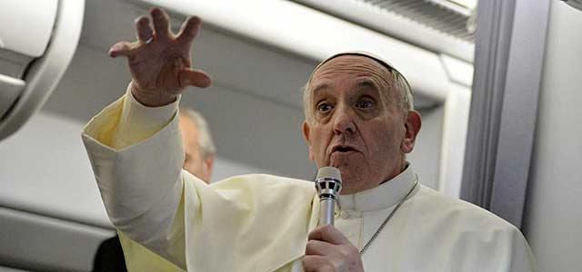 El Papa da una rueda de prensa en el avión a su vuelta de Río de Janeiro. | Afp