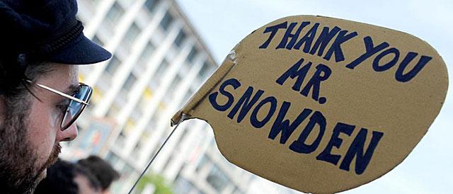 Un simpatizante de Edward Snowden, en una manifestación en la ciudad alemana de Hanover. | Afp
