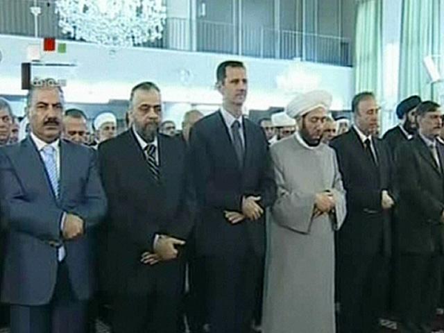 Bashar Asad (tercero por la izqda.), rezando en la mezquita, según imágenes de la TV siria. | Afp