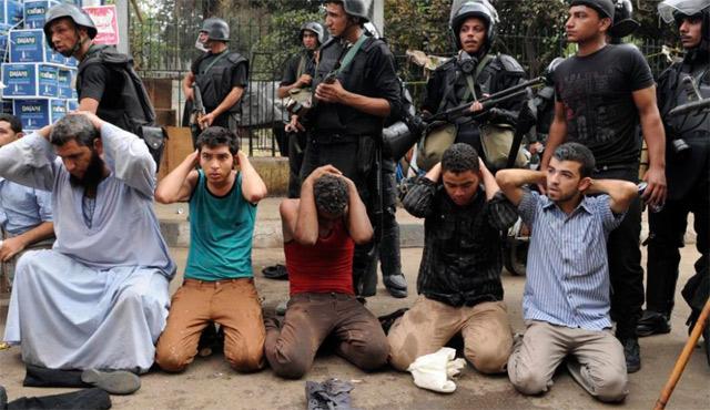 Varios de los detenidos durante el desalojo. | Afp