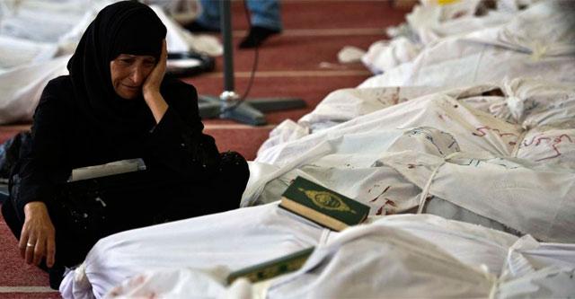 Una mujer vela a los muertos en una morgue de El Cairo. | Afp