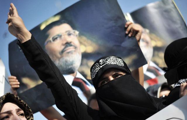 Una mujer grita proclamas a favor de Mursi en El Cairo. | Afp