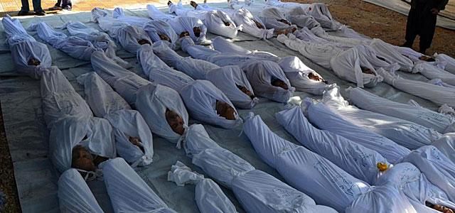 Varios cadáveres envueltos en sábanas tras el ataque. | Reuters
