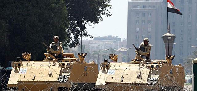 Soldados egipcios montan guardia a la entrada de la Plaza Tahrir, en El Cairo. | Reuters