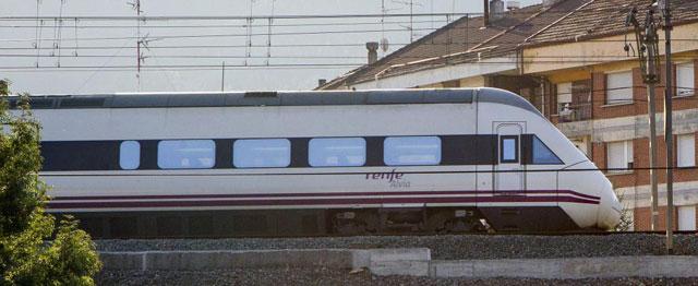 Un tren Alvia a su paso por Bilbao. | Araba Press