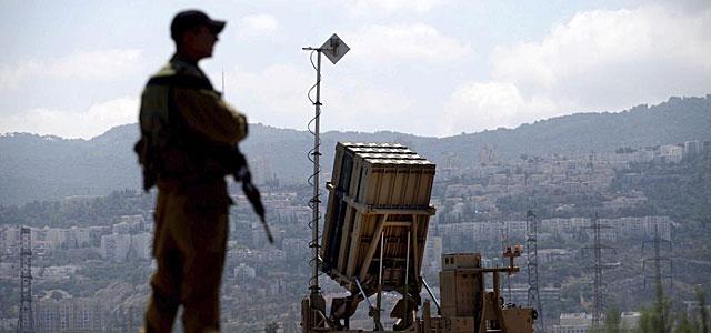 Un soldado israelí vigila durante la preparación de su sistema antimisiles. | Efe
