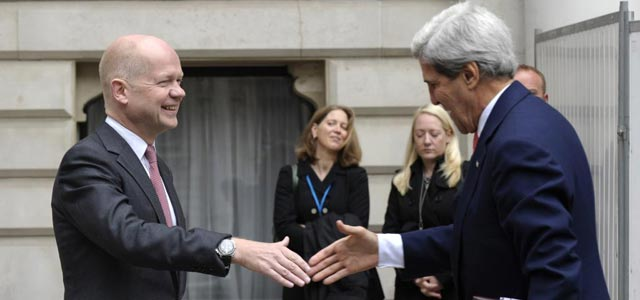 John Kerry saluda a William Hague en la entrada del Foreign Office en Londres. | Reuters