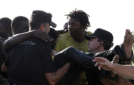 La Policía atiende a uno de los inmigrantes de Ceuta. | Reduan / Efe