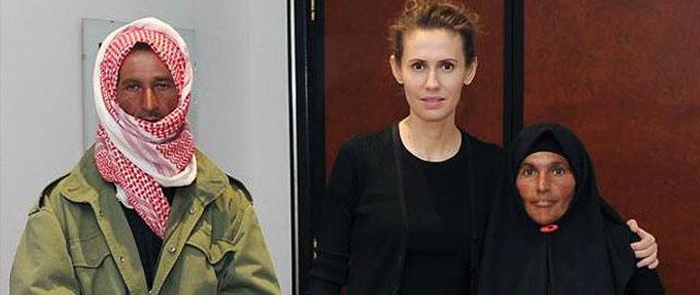 La primera dama siria, Asma Asad, posa con víctimas de la guerra en Damasco. | Afp