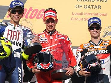 Rossi, Stoner y Pedrosa, felices en el podio de Losail. (AFP)
