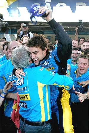 Alonso y Briatore celebran un triunfo en 2006. (Foto: AP)