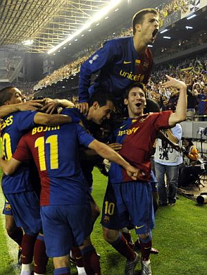Los azulgrana celebran uno de sus cuatro goles. (Foto: AP)