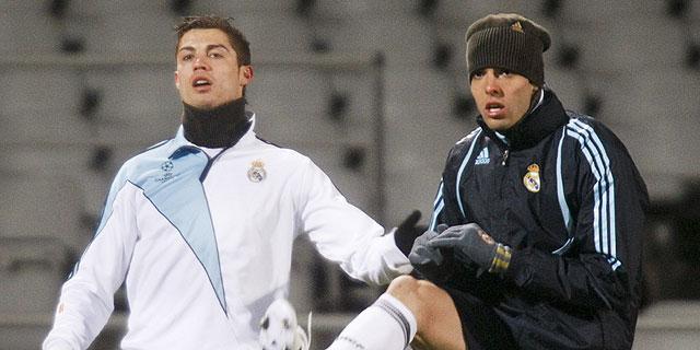 Ronaldo y Kaká, en el entrenamiento del lunes en el estadio Gerland. (Reuters)