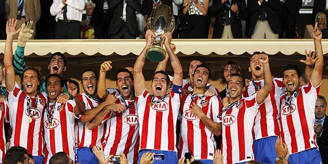 Antonio López levanta la Supercopa en el Luis II de Mónaco. (Foto: Efe)