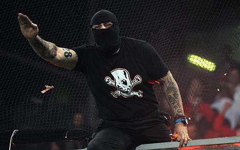 El jefe de los ultras serbios, en 'acción'. | Afp