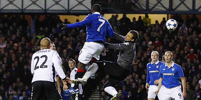 César intenta salvar el tanto del Glasgow Rangers. | Reuters