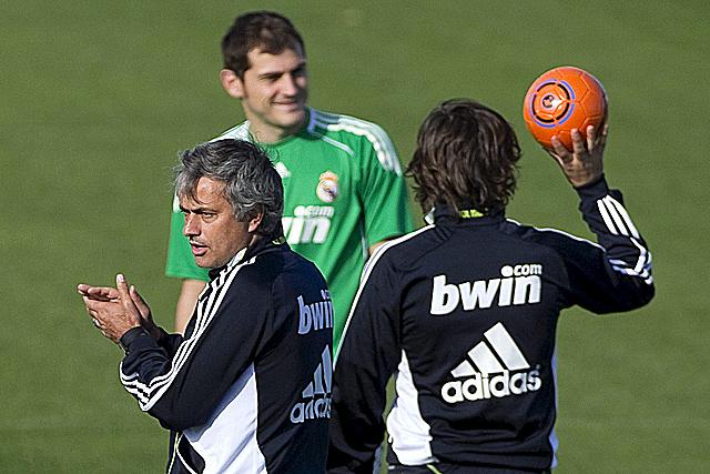 Mourinho, en el entrenamiento junto a Casillas. (Foto: EFE)