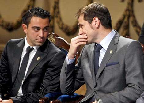 Xavi dialoga con Casillas, durante la entrega del Príncipe de Asturias. | Efe