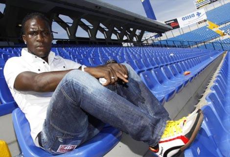 El jugador del Hércules, Royston Drenthe, durante una entrevista. Foto: Roberto Pérez
