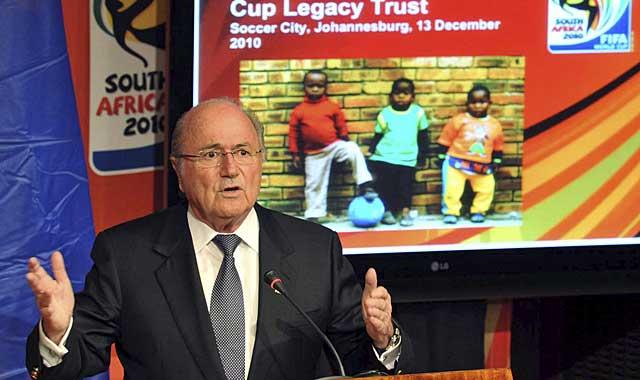 Blatter, en proyectos sociales en Sudáfrica. (EFE)