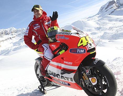 Rossi saluda desde su nueva montura. | Efe