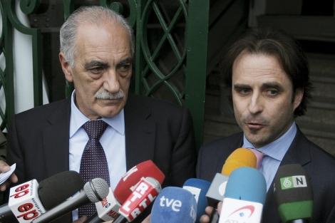 El presidente de Competición, Fernando Uruburu, con el presidente Juan Carlos Castaño. | Efe