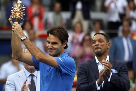 Roger Federer, con el título junto a Will Smith. | Reuters